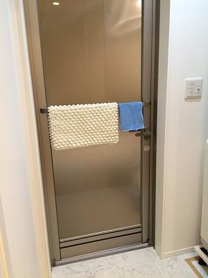 お風呂のドアのタオル掛け