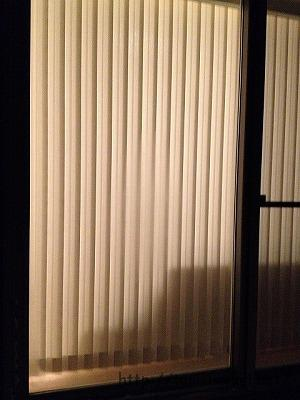 バーチカルブラインド(夜に外から見たところ)